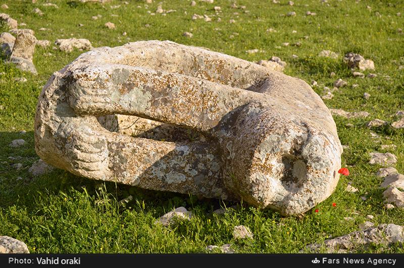 مرگ در گورستان؛ روایت شکستن کمر شیرهای سنگی ایذه در بیتوجهی مسؤولان!