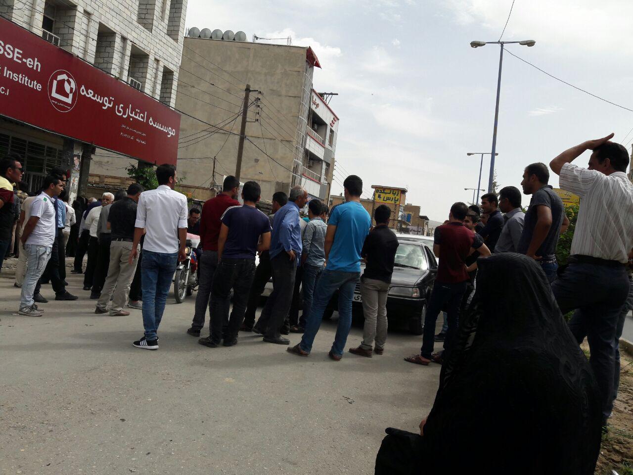 ادامه اعتراضات و تجمع سپردهگذاران ایذهای در مقابل موسسه آرمان