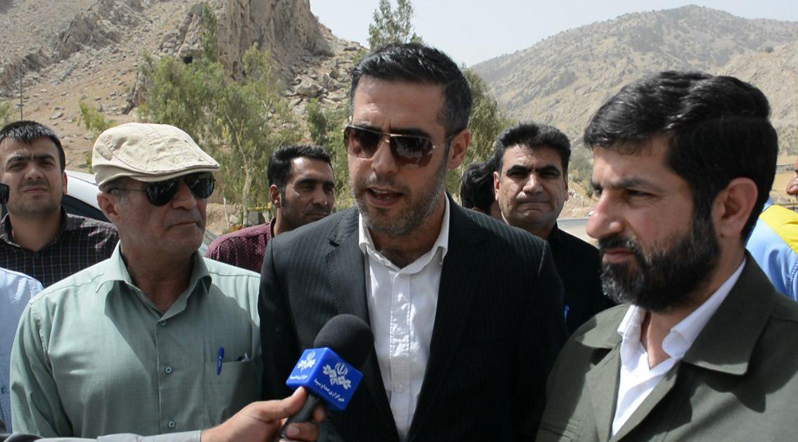 بازید مشاور رئیس سازمان برنامه و بودجه کشور راههای ایذه/استاندار: برای رسیدن به استانداردهای لازم در جادههای خوزستان امیدواریم